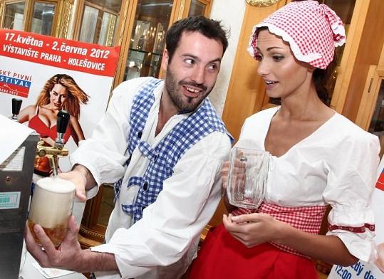 O odloučení se modelka rozpovídala na tiskovce Českého pivního festivalu, kde ji Vašek učil, jak správně natočit pivo z pípy.