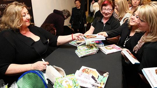 Po své one woman show rozdávala autogramy.