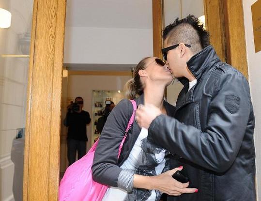Martina přišla na kliniku se svým partnerem Marcusem Tranem.