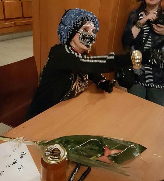 Masku neodložila ani při autogramiádě, kde o ni byl velký zájem.