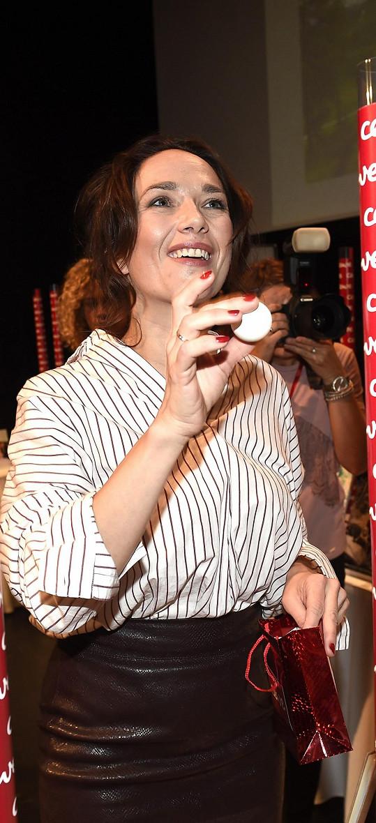 Tereza Kostková ukázala snubní prstýnek.