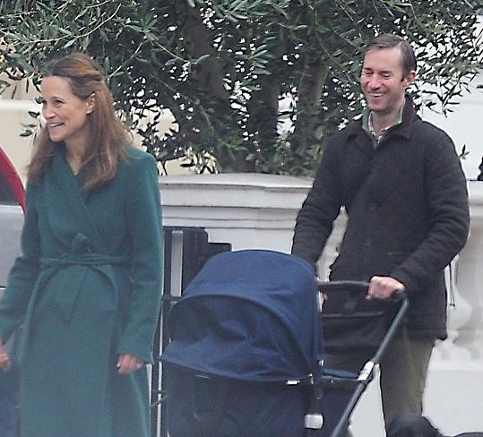 Pippa Middleton vyrazila na procházku s rodinou.