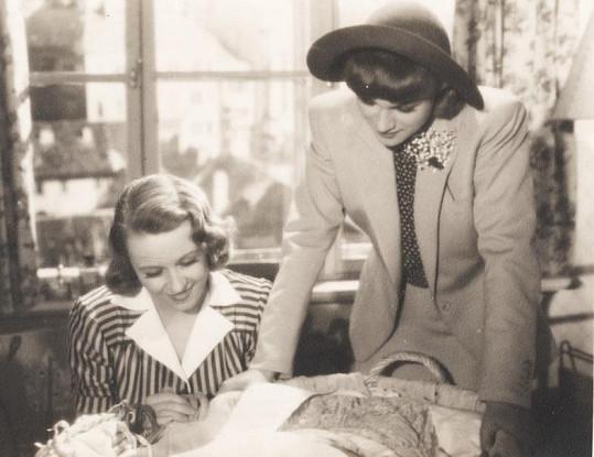 Nataša Gollová a Adina Mandlová (vpravo) si zahrály nerozlučné přítelkyně ve filmu Okouzlená (1942). V té době se ale zrovna nekamarádily.