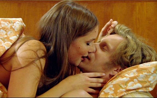 Hana Vagnerová při líbací scéně ve Vyprávěj.