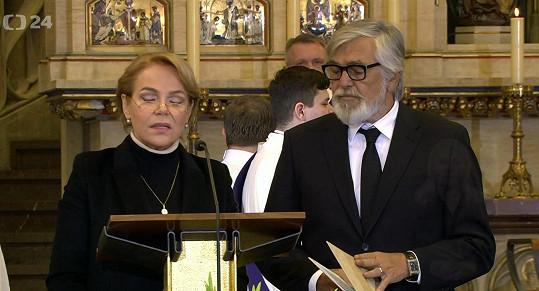Modlitby četli herci Dagmar Havlová a Jiří Bartoška.