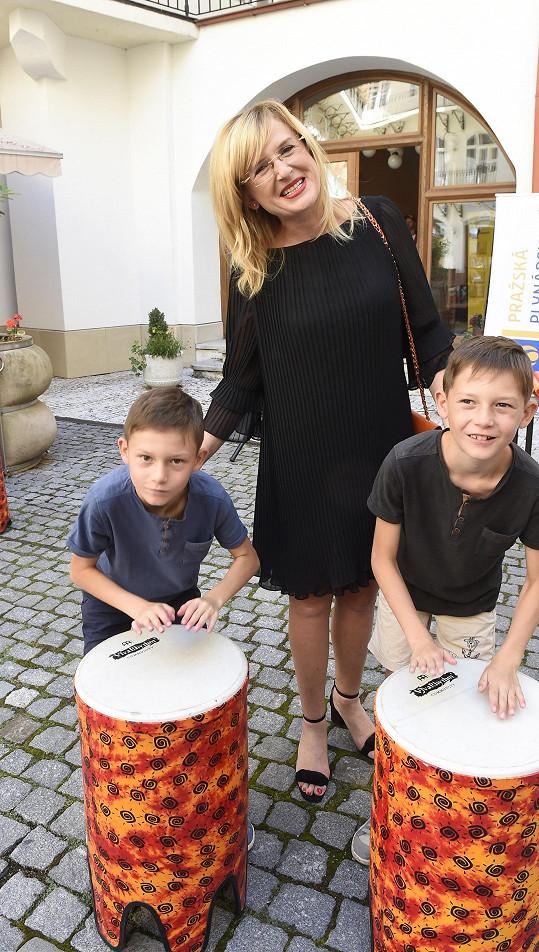 Štěpánka se syny Adámkem a Honzíkem na akci Bubny do škol