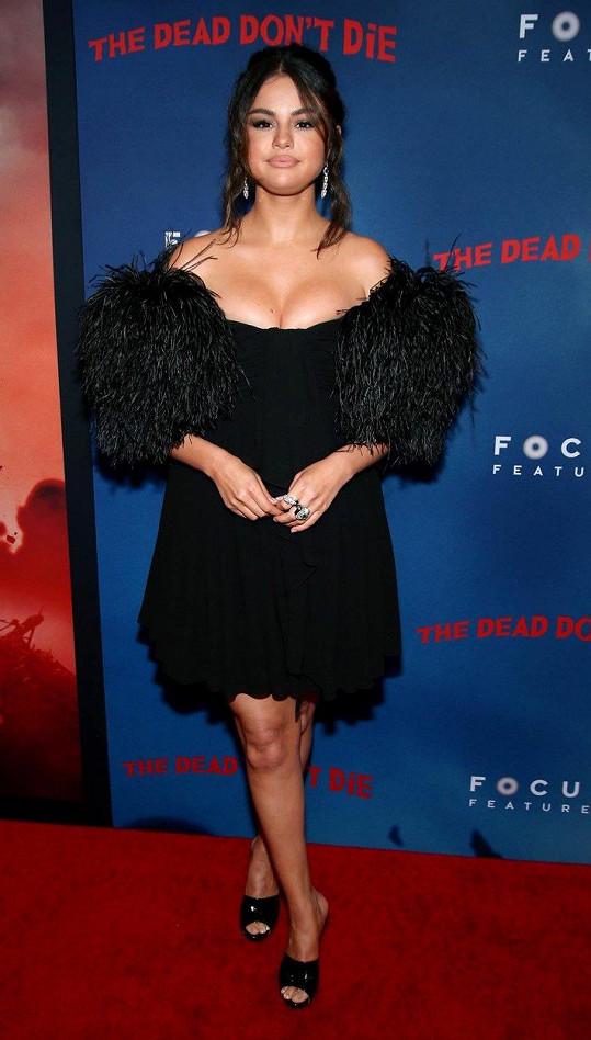 Zpěvačka a herečka zvolila na premiéru černé šaty.