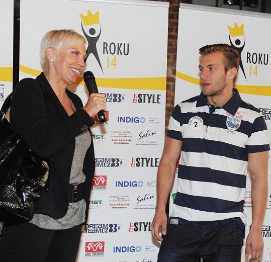 Kateřina při rozhovoru s jedním z finalistů Muže roku.