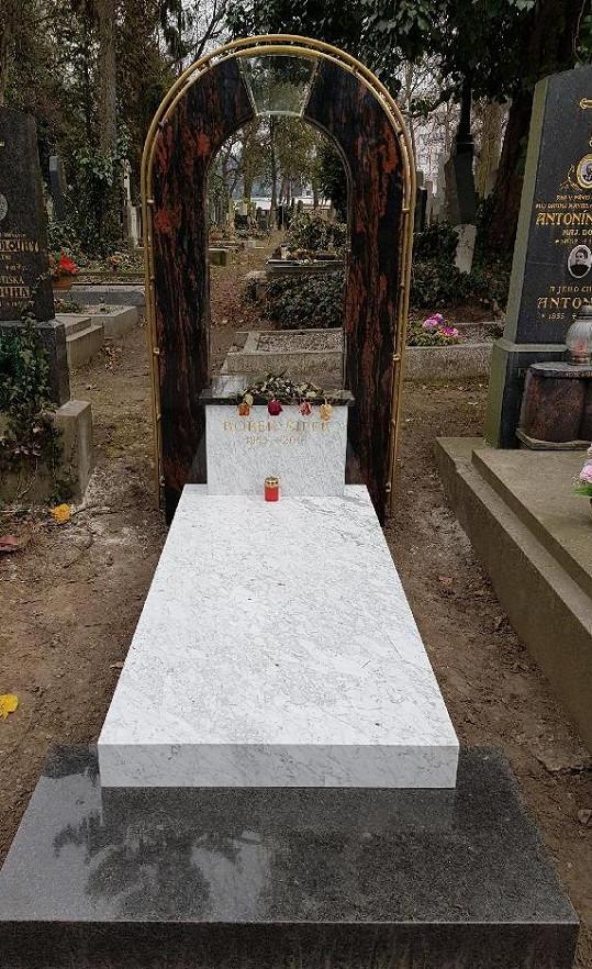 Mezi hroby na pražských Olšanech tenhle určitě nepřehlédnete...