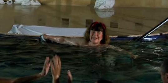 Uršula si právě sundala plavečky.