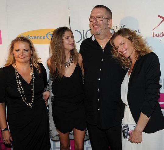 Zpěvák a jeho oblíbené ženy. Partnerka Vanda Wolfová, dcera Emma a kamarádka Eva Herzigová.