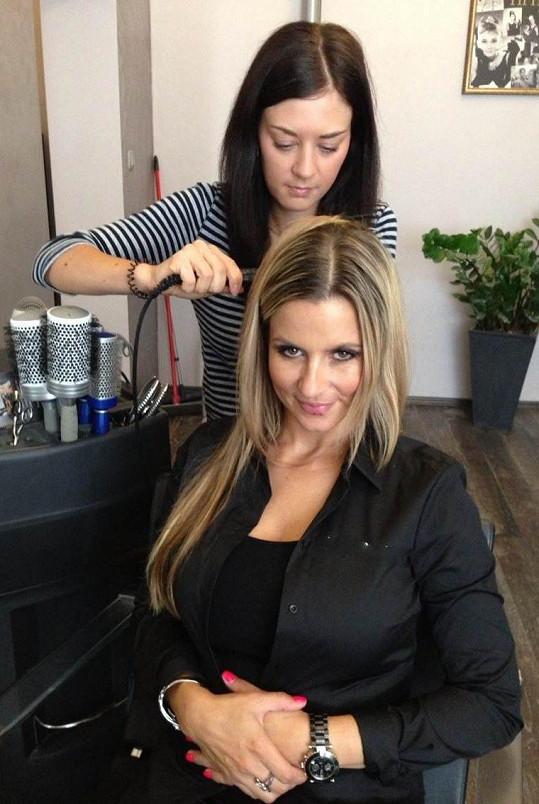 Monika si ke svým loknám pod ramena nechala přidělat dlouhé vlasy.