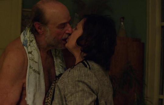 Pavel Nový a Zuzana Kronerová během vášnivé milostné scény ve snímku Bába z ledu