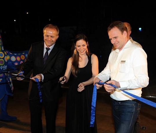 Veronika se ujala i slavnostního přestřižení pásky u příležitosti odstartování laser show v Čestlicích.