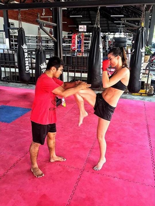 Monika na tréninku thajského boxu