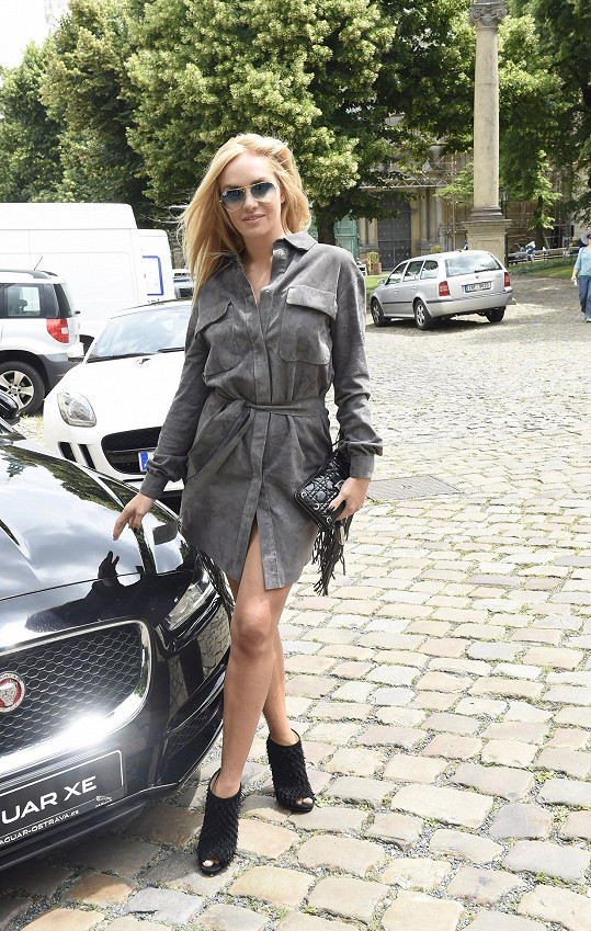 """Semišové šaty doplnila psaníčkem Dior s charakteristickým vzorem šachovnice """"cannage""""."""