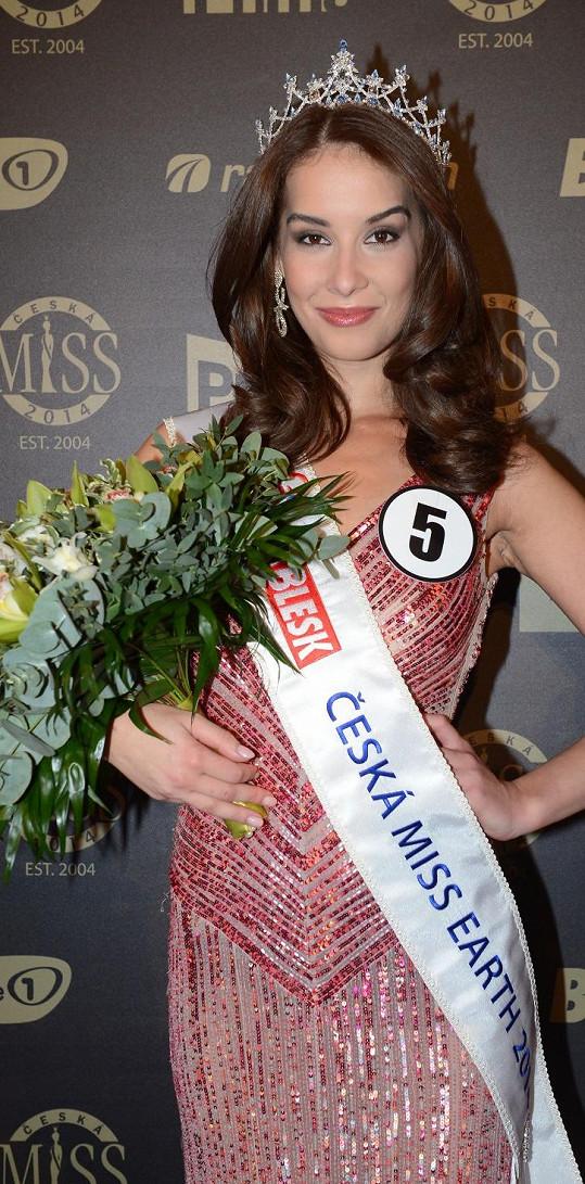 Nikola Buranská s vlnitými vlasy na finále České Miss