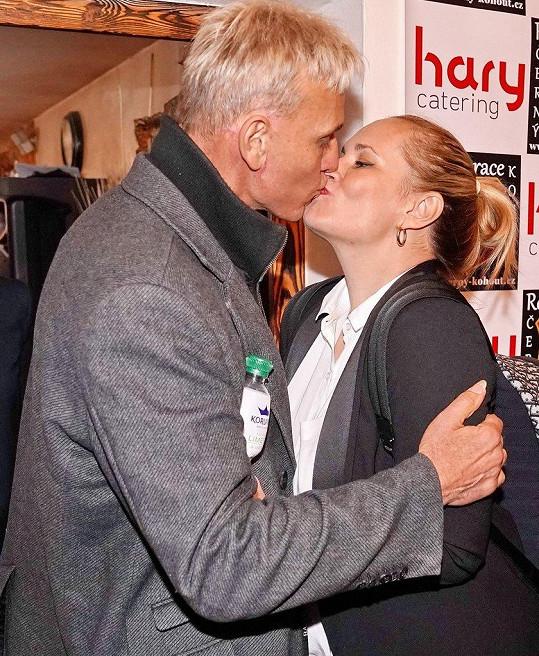 Monika Absolonová se s Martinem Maxou vítala opravdu bouřlivě.