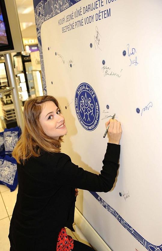 Emma Smetana se stejně jako další celebrity podepsala ve prospěch nadace.