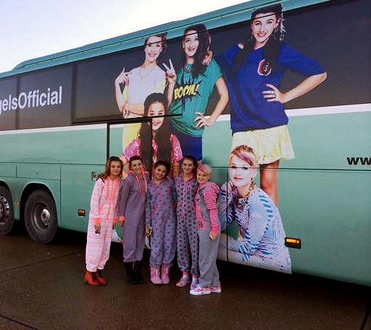 5Angels před svým autobusem
