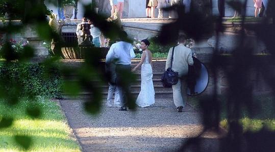 Ženich i nevěsta se starají o vizáž Kanye Westa.