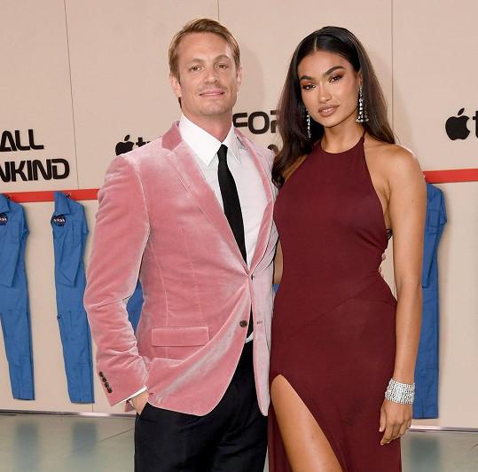 Kelly tvoří pár se švédskýcm hercem Joelem Kinnamanem.