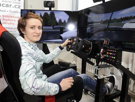 S fanoušky soupeřila v závodění na trenažéru formule.