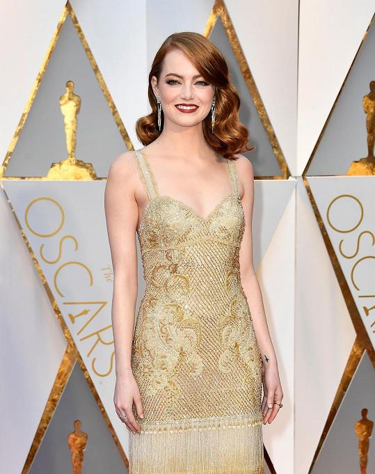 Získala sošku za nejlepší herečku v hlavní roli za roztančený snímek La La Land, a tak Emma Stone stylově oblékla haute couture róbu Givenchy. Třpytivou nádheru doplňovaly šperky Tiffany & Co., přesahující hodnotu tři a půl miliónu korun.
