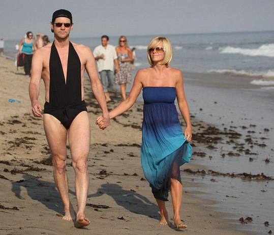 Jim si jednou pro fotografy na procházku po pláži oblékl plavky své partnerky.