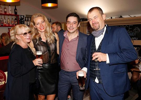 Kateřina Macháčková, Anna Kulovaná, Lukáš Burian a Petr Svojtka na večírku po páteční premiéře v Divadle Radka Brzobohatého
