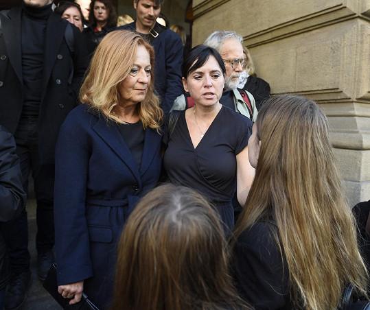 S Vlastou Chramostovou se rozloučila i Simona Stašová a Bára Kodetová s dcerami.