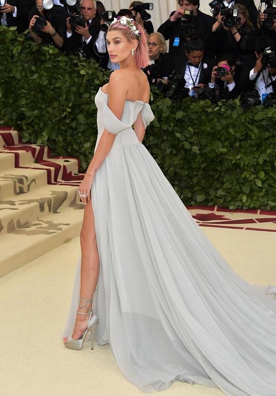 Hailey Baldwin v šatech značky Tommy Hilfiger zaujala jednak růžovým přelivem, ale také šperky z dílny Tiffany & Co.