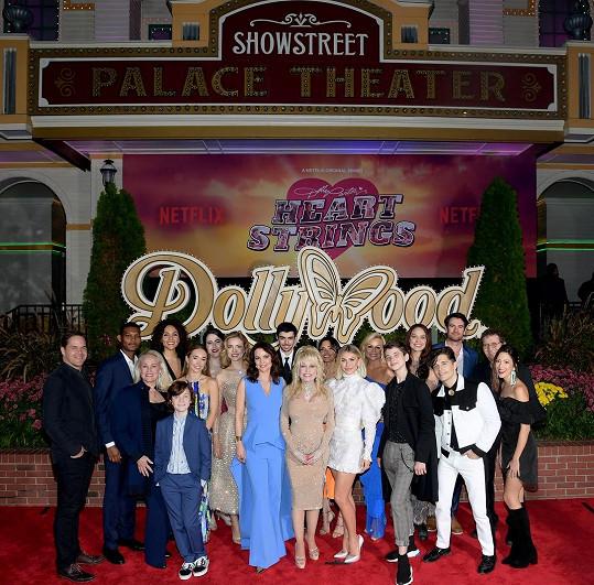 Dolly Parton uváděla osmidílnou sérii o jejích písních na Netflixu.