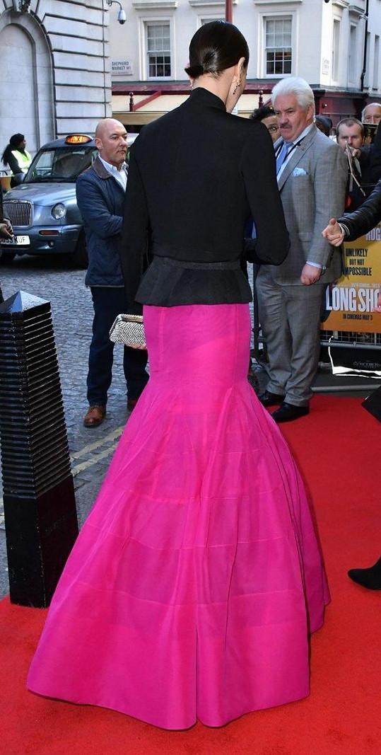 Pod výraznou sukní jí prosvítaly černé kalhotky.
