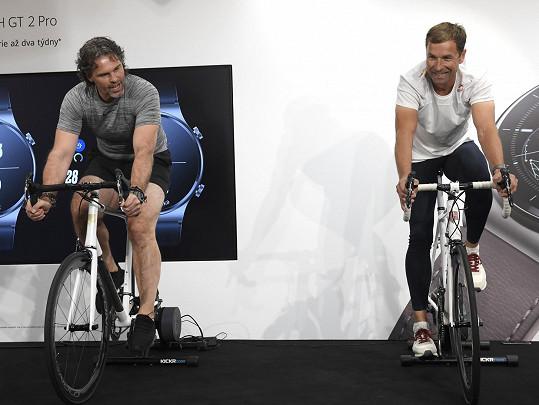 Vyzkoušel si závod na kole s akrobatickým letcem Martinem Šonkou.