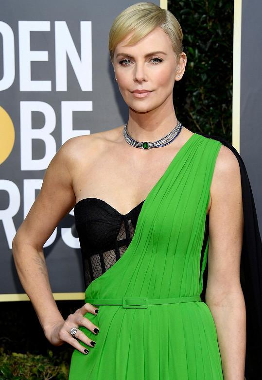 Během večera zdobil Charlize elegantní smaragdový náhrdelník a prsten s jedenácti karáty z podzimní kolekce Tiffany High Jewelry.