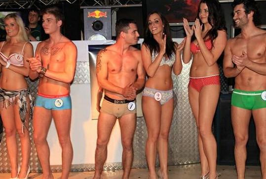Nešťastný Patrik mezi ostatními soutěžícími.