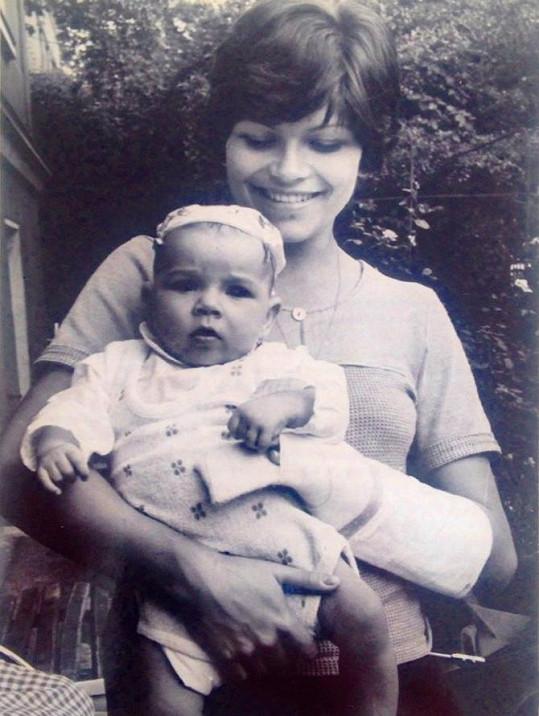 Malá Alena Šeredová s maminkou