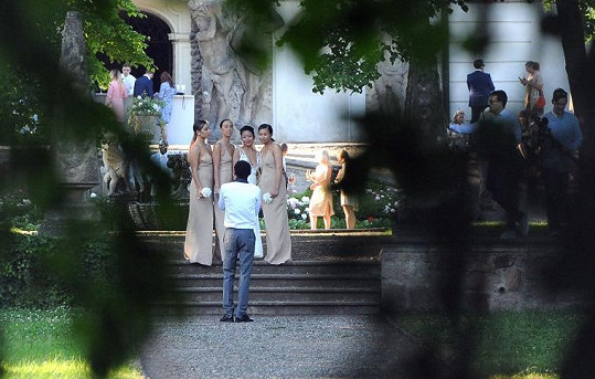 Nevěsta Renelou Padora s družičkami