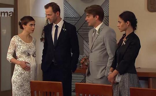 Eva Josefíková ve svatebních šatech. Bříško měla zatím falešné.