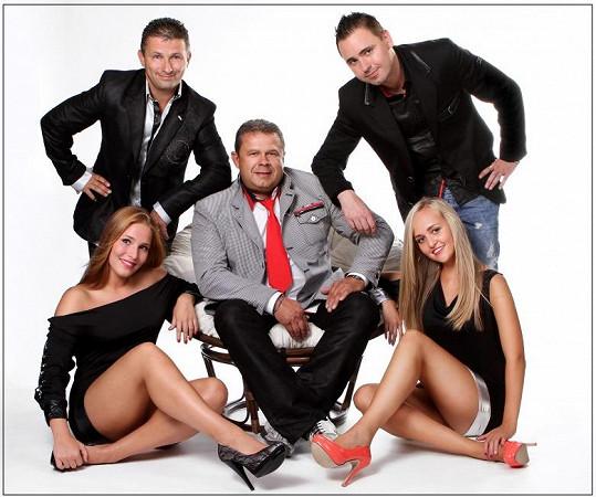 V Česku vystupují i se sesy tanečnicemi.