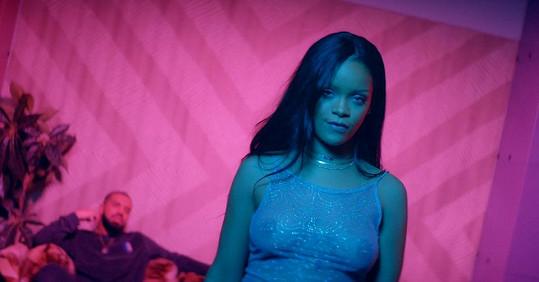 Rihanna v klipu škádlí svého exmilence.