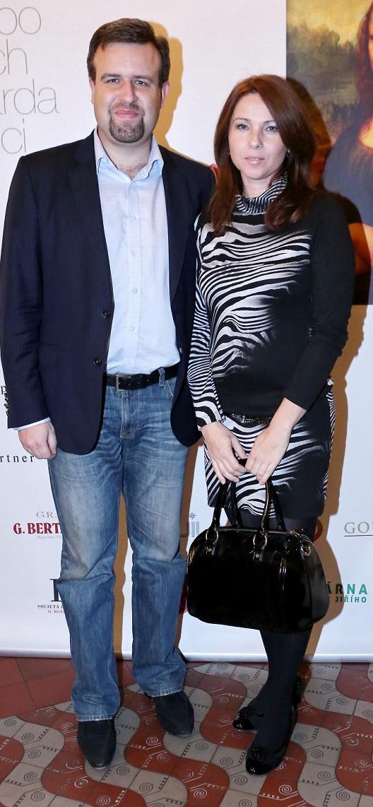 Po delší pauze se na párty objevila Nikol Lenertová s manželem.