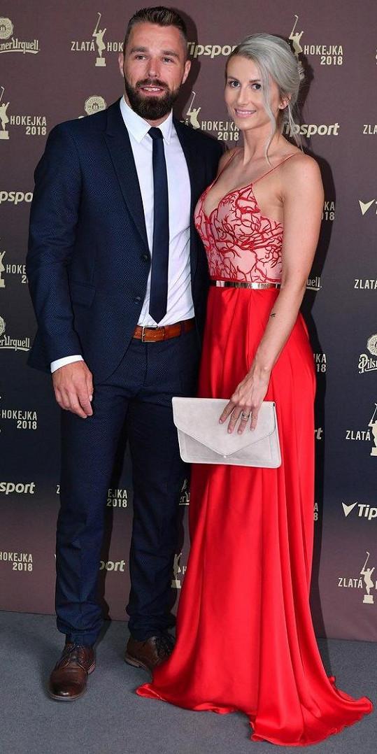Milan Gulaš s manželkou Veronikou v šatech návrhářky Sandry Markové