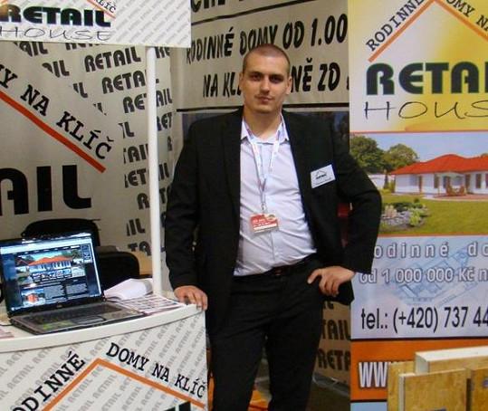 Václav Novák u stánku firmy, v jejíchž barvách se prý dopustil podvodu.