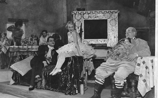 V představení Tlustý pradědeček, lupiči a detektivové. Psal se rok 1933.