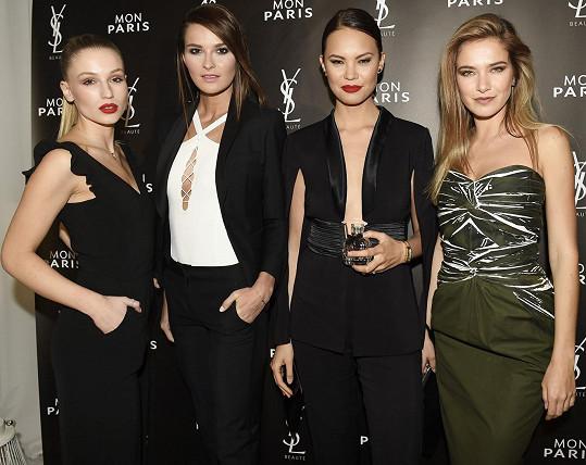 S kamarádkami, kolegyněmi modelkami Karolínou Mališovou, Nikol Švantnerovou a Lucií Kovandovou často vyrážejí na akce.