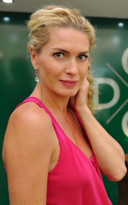 Olga má nádherné diamantové náušnice, ale nejsou zase až tolik drahé.