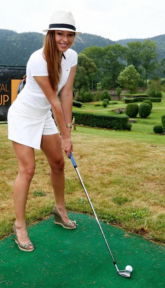 Inna si na golf vzala boty na pořádné platformě.