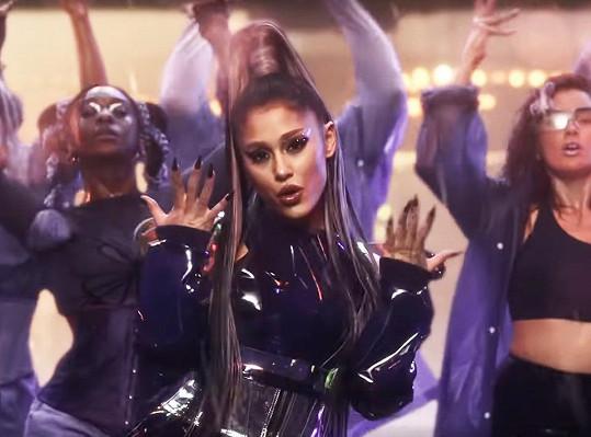 Ariana Grande v klipu k písni Rain on me